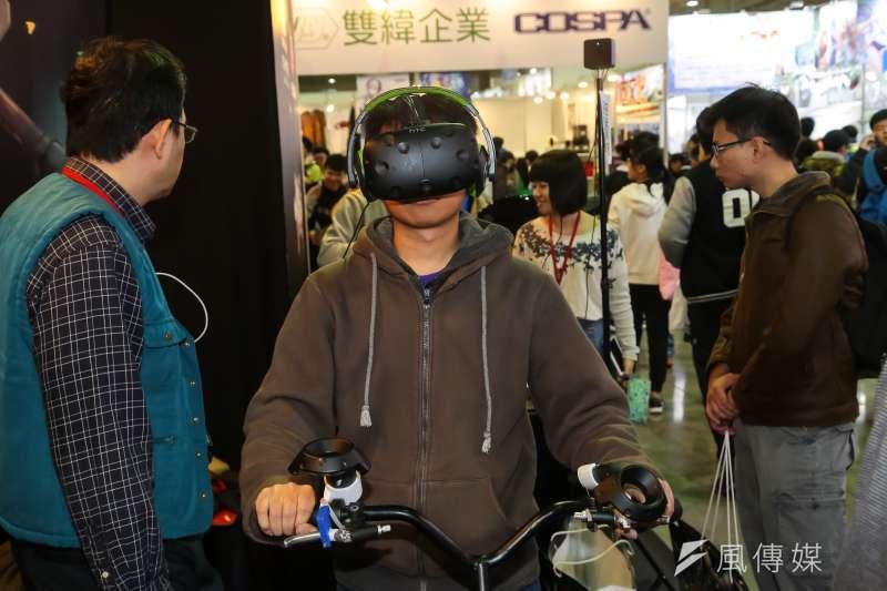 20170203-台北國際動漫節現場有VR實境供民眾體驗。(顏麟宇攝)