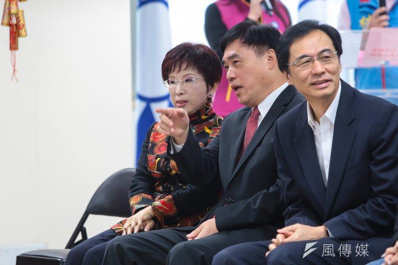 國民黨主席洪秀柱、副主席郝龍斌3日出席國民黨台北市黨部新春團拜,並於台下交談。(顏麟宇攝)