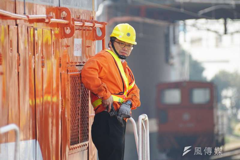 20170206-台鐵員工執行認真調車任務。(盧逸峰攝)