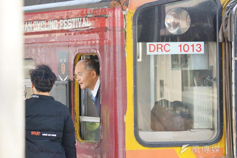 20170206-台鐵員工與旅客互動。(盧逸峰攝)