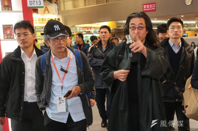 銅鑼灣書店老闆林榮基8日與作家貝嶺參觀「第25屆台北國際書展」。(顏麟宇攝)