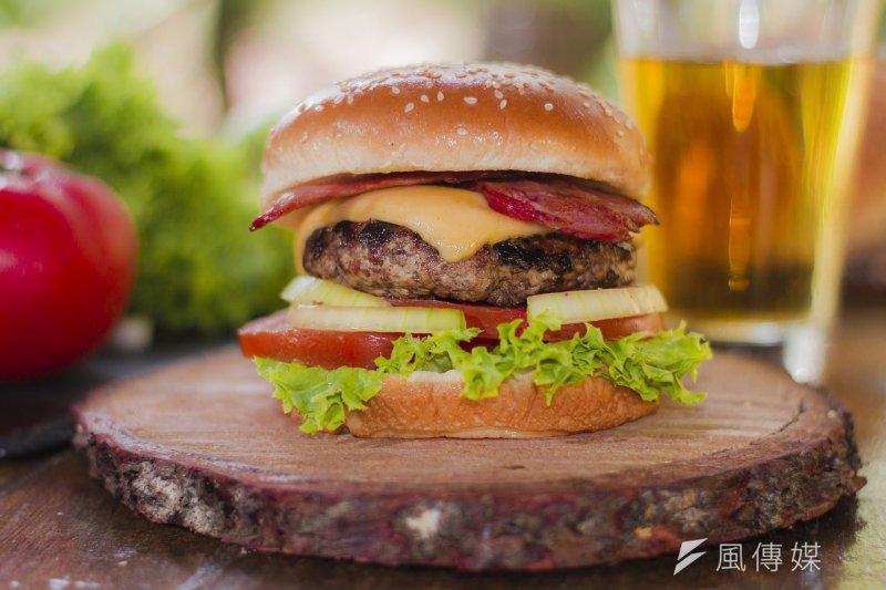漢堡可以說是美式食物最經典的代表之一,可你知道漢堡的起源嗎?(圖/director90@pixabay)
