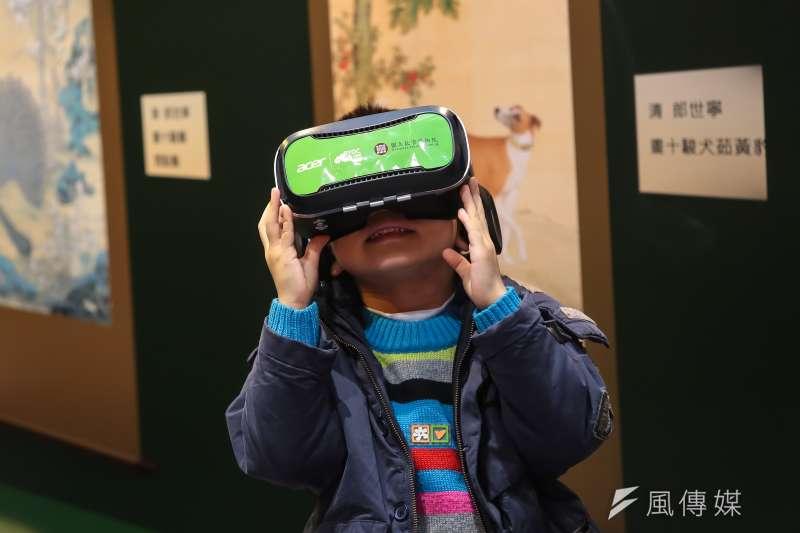 20170209-2017台北國際書展9日開放一般民眾入場參觀,小朋友於故宮攤位體驗VR虛擬實境觀賞郎世寧畫作。(顏麟宇攝)