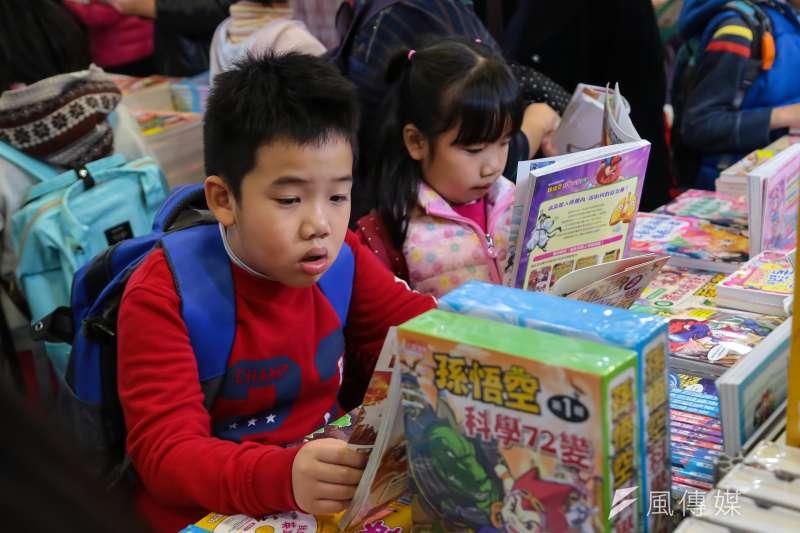 105年度台灣國小學生每年平均借書量為20冊,國中生則掉到7.9冊。(資料照,顏麟宇攝)