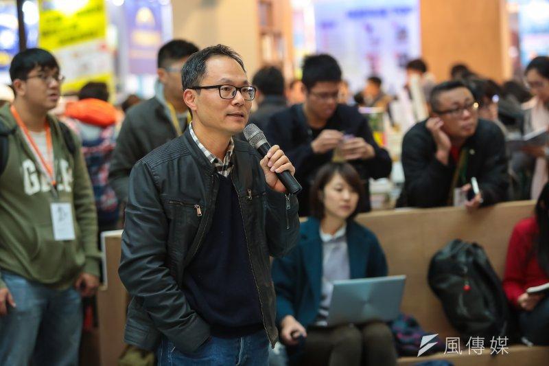 台灣詩人鴻鴻9日在台北國際書展主持座談,並邀請銅鑼灣書店老闆林榮基出席。(顏麟宇攝)