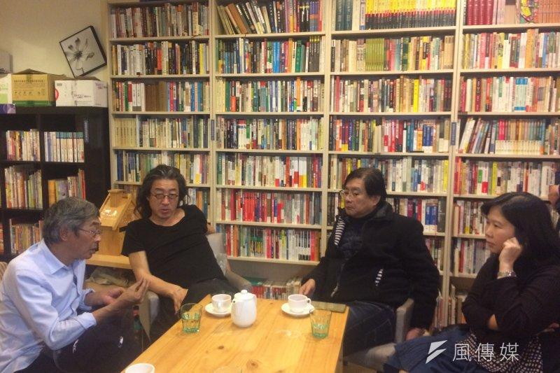 林榮基(左1)8日晚間走訪獨立書店聚集的公館溫羅汀巷弄後,在「永樂座」與台灣的朋友閒聊。(資料照,石秀娟攝)