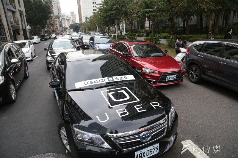 由於不滿政府對Uber祭出重罰而迫使其退出台灣市場,Uber司機串聯500輛車包圍交通部,希望交通部長賀陳旦能出面請聽司機訴求。(顏麟宇攝)
