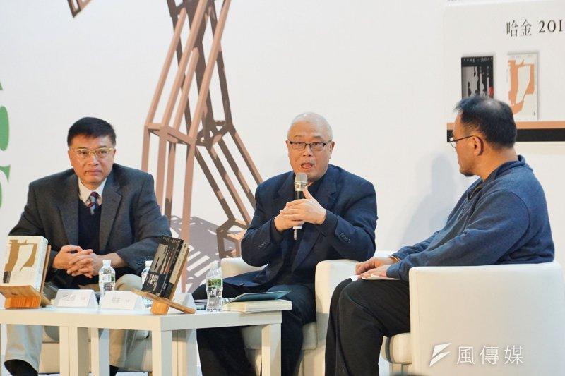 作家哈金(中)新書發表會,名嘴胡忠信(左)、作家駱以軍受邀與談。(盧逸峰攝)