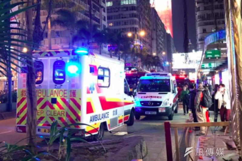 港鐵縱火案,18名傷者中,目前1男3女危殆(包括嫌犯與張女),2人情況嚴重,3人穩定,而剩下9人則已出院。(取自臉書社團「香港突發事故報料區」)