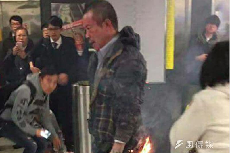 香港尖沙嘴地鐵站列車10日晚間突然起火,警方目前逮捕一名60歲香港籍張姓男子,並於11日早上宣布荃灣線、尖沙嘴站恢復正常通車。圖中為試圖自焚的張姓男子。(翻攝自臉書社團「香港突發事故報料區」)