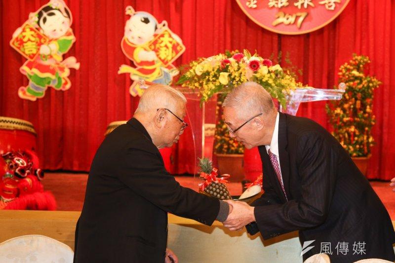 新同盟會春節團拜聯誼活動在12日舉行,前副總統吳敦義向百歲生日的新同盟會會長許歷農表示恭賀。(陳明仁攝)
