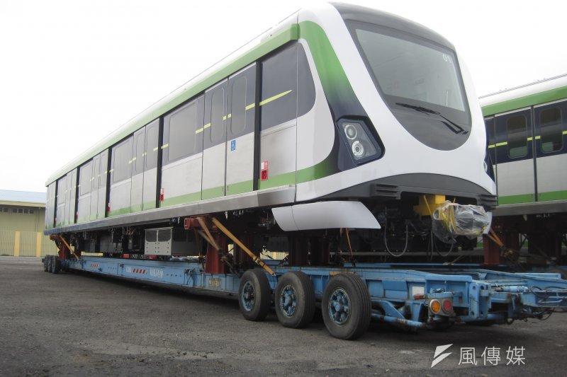 台中捷運首列電聯車進行啟運,預估年底前其餘17列電聯車將會陸續運抵北屯機廠,經整備後會開始進行一系列電聯車功能測試與驗證。(中市府提供)