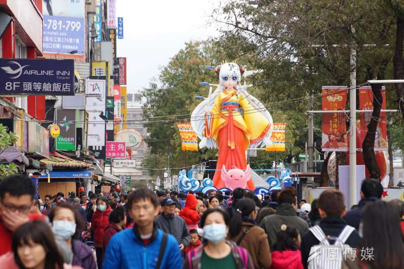 20170212-天氣雖冷,仍吸引許多民眾前往台北燈節逛逛。(盧逸峰攝)