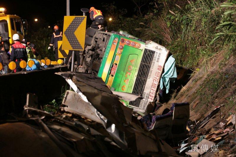 國道5號13日晚間9時許發生遊覽車翻落邊坡意外,遊覽車年限及司機工時過長等問題再度浮上檯面。(顏麟宇攝)