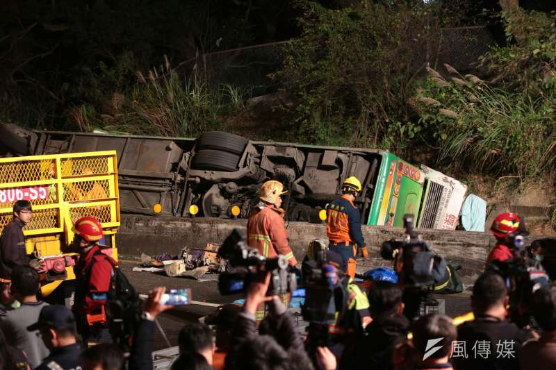 國道5號13日晚間9時許發生遊覽車翻落邊坡意外,到14日中午為止,已有33人不幸往生。(顏麟宇攝)