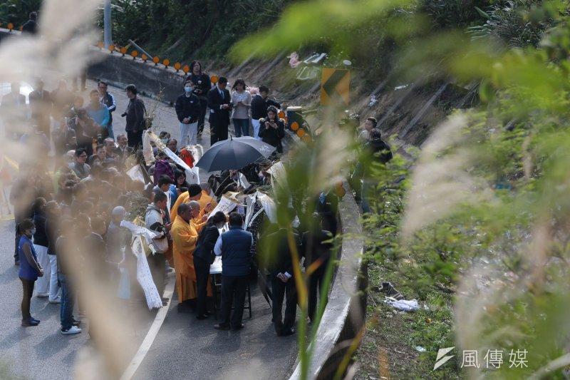 國道5號13日發生賞櫻團遊覽車翻覆意外,竟有保險公司拒絕理賠。圖為死者家屬於事故現場進行招魂。(顏麟宇攝)
