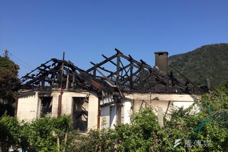 陽明山美軍宿舍13日晚間8點多起火,新翻修的木製屋頂遭焚毀,磚牆焦黑,延燒面積約100坪,目前消防局仍在調查起火原因。(文化局提供)