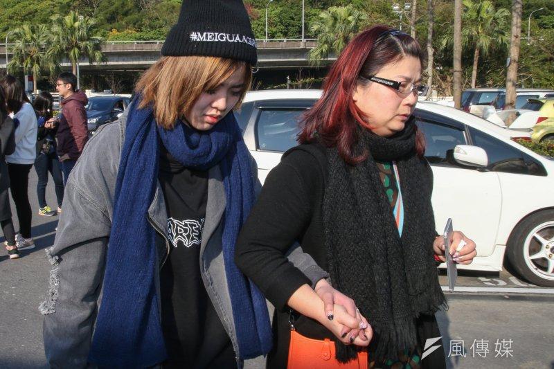 賞櫻團國道車禍罹難者家屬(右起)司機姊姊康麗玲.左為司機女兒康宜甄(陳明仁攝)