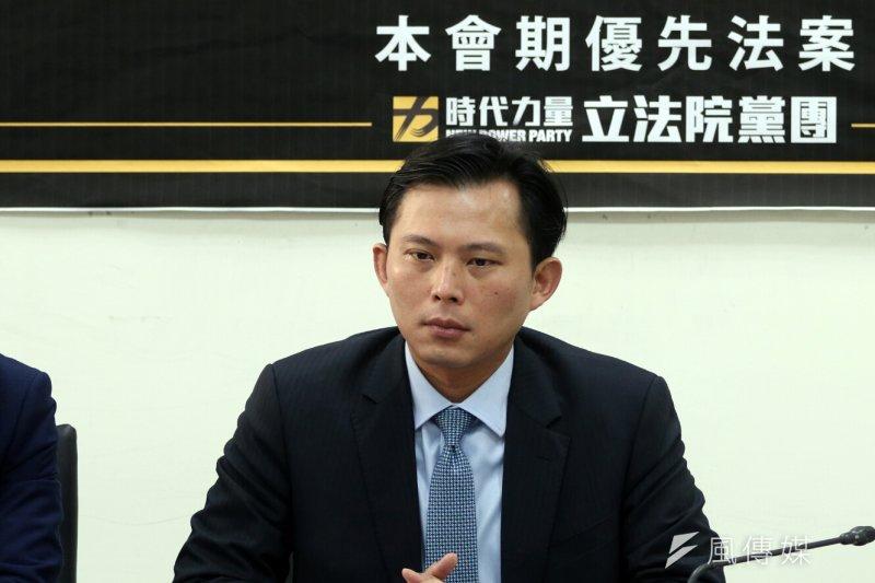黃國昌14日受訪表示,去年《勞基法》修法後,台灣勞工總工時不增反減,台灣犧牲許多勞工血汗才換來經濟成長,如果不願正視這個問題,落實周休二日就是喊假的。(蘇仲泓攝)