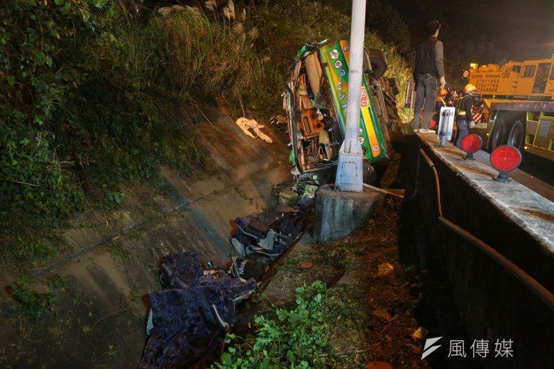 國道5號13日晚間9時許發生遊覽車翻落邊坡意外,造成32死,12人輕重傷。(顏麟宇攝).jpg