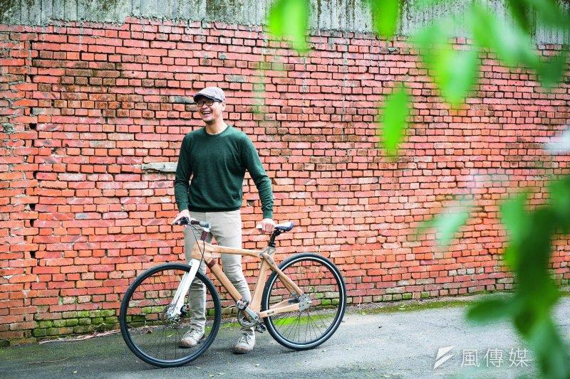 熱愛旅行的王立揚,從完全不認識木工,到熟悉木工與木頭溝通,甚至做出了兼具美觀與實用性的木工腳踏車。(圖/小日子提供)