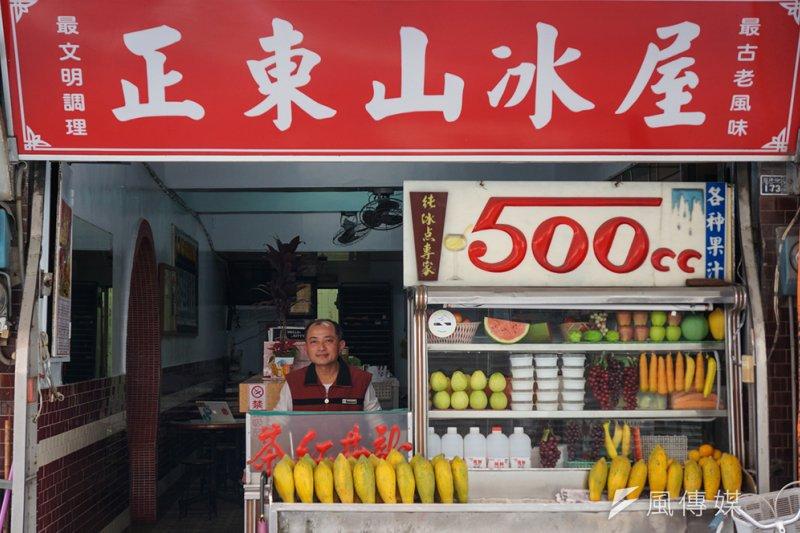 在台東有家冰店「正東山冰屋」,紅底白字的招牌下,除了賣好吃的冰,還有特別的「美國油條」,以及想要守護父親傳承的店的賴志堅。(圖/小日子提供)