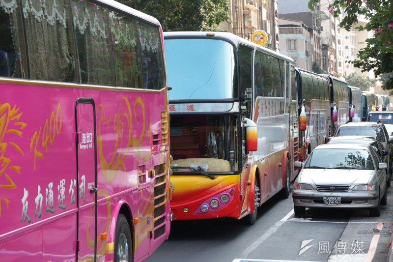 交通部長賀陳旦表示,對於遊覽車總量管制如何推動,目前尚無具體定案。(資料照,顏麟宇)