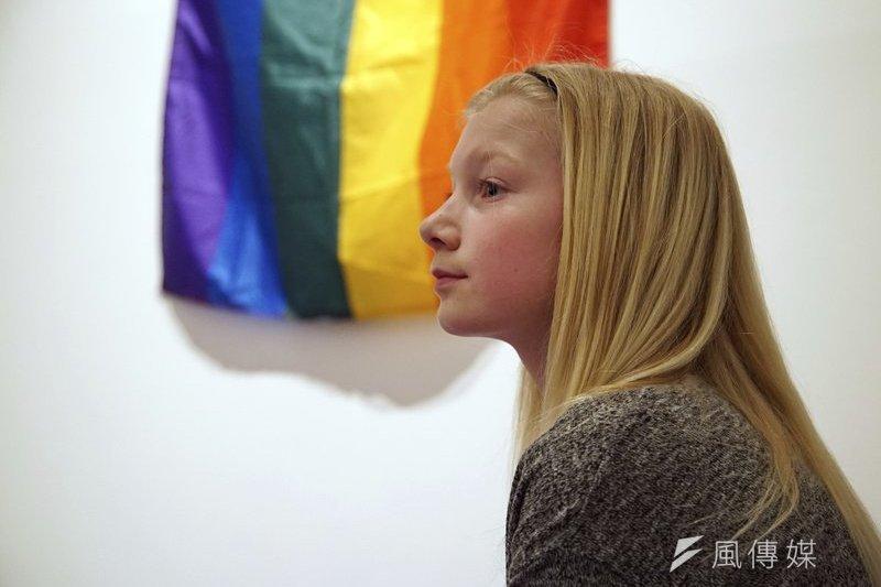 2016年6月挪威成為跨性別友善國家,只要小孩年滿6歲,在父母的同意下,就可上網自行列印表格、申請變性,無須經由任何手術,讓今年10歲的安娜(Anna Thulin-Myge)終於能開開心心的當女生。(AP)
