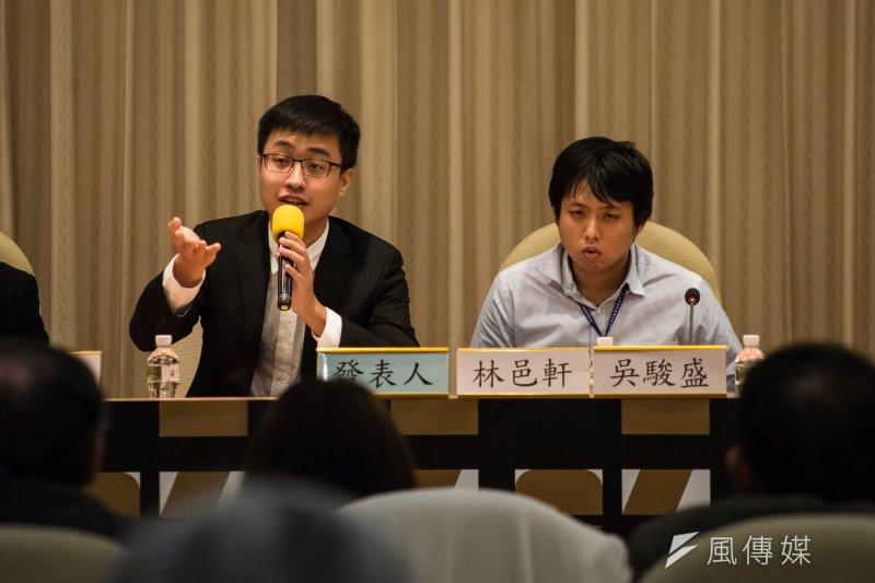 台灣大學社會學研究所博士生林邑軒(左)、國立台灣大學社會學研究所碩士吳駿盛,25日在研討會上發表論文,推論出死亡人數約在1304至1512人之間。(甘岱民攝)