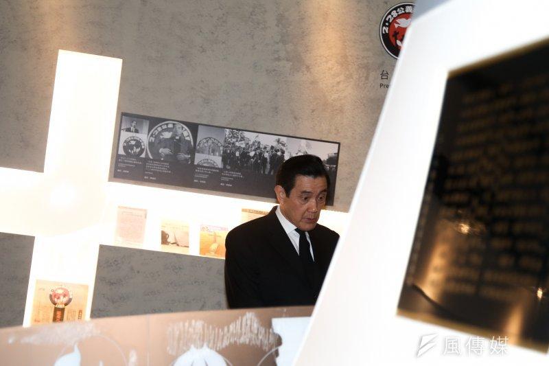 前總統馬英九於二二八前夕,到二二八國家紀念館,由受難者家屬陪同參觀「二二八平反與轉型正義特展」。(陳明仁攝)