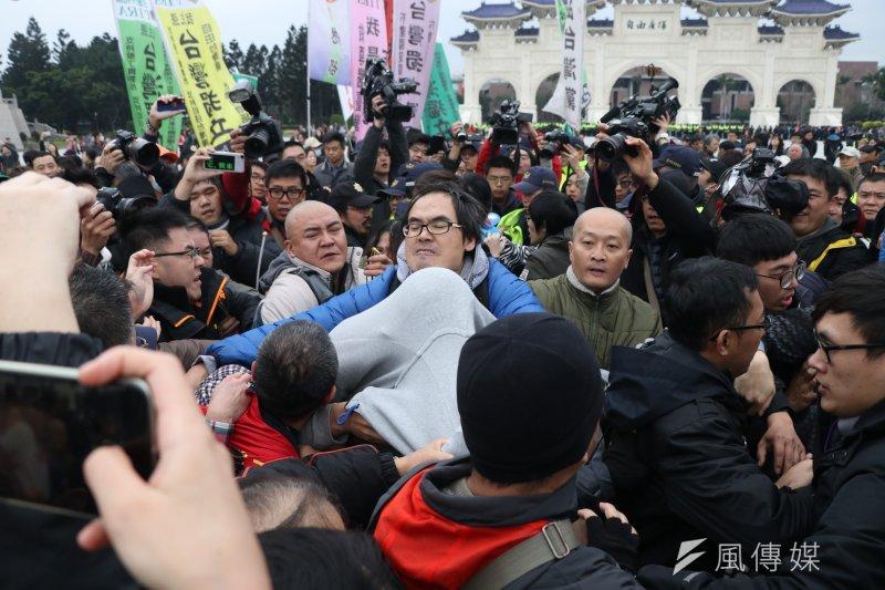 二二八當天,獨派統派民眾在閉館一天的中正紀念堂爆發推擠衝突。(蘇仲泓攝)