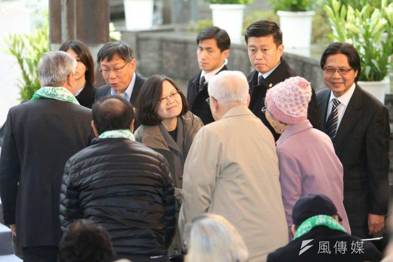 總統蔡英文(中)出席「二二八中樞紀念儀式」,蔡英文表示,二二八事件中「只有受害者,沒有加害者」的狀況,要得到改變。(陳明仁攝)