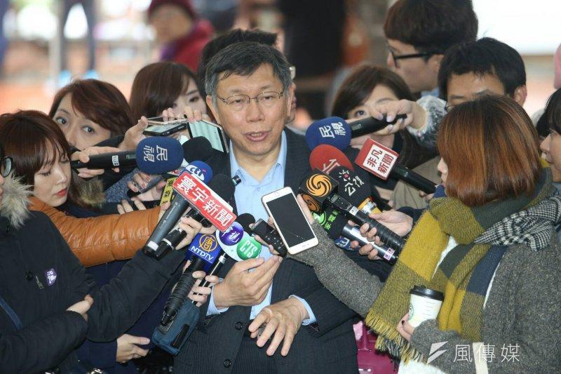 總統蔡英文出席「二二八中樞紀念儀式」,台北市長柯文哲參觀悼念牆,見到祖父柯世元的名字。(陳明仁攝)