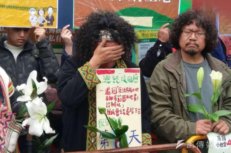 因不滿《原住民傳統領域劃設辦法》,卑南族歌手巴奈與其他原住民團體串連要求要「轉型正義」,講到難過處,不禁聲淚俱下。(陳俐穎攝)