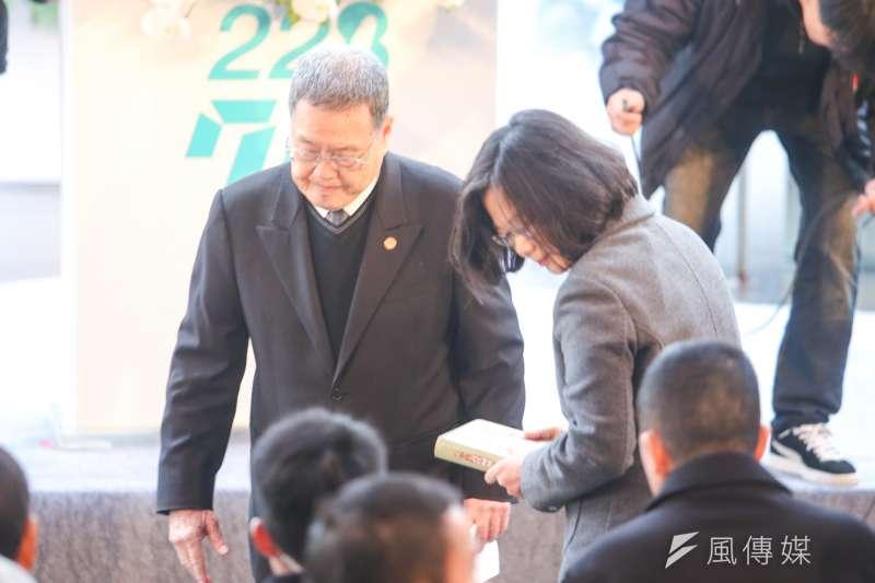 20170228二二八中樞紀念儀式.台灣二二八關懷總會理事長潘信行致詞時.拿出付印成書調查報告。希望能列入國家檔案.並將書送給蔡英文.(陳明仁攝)