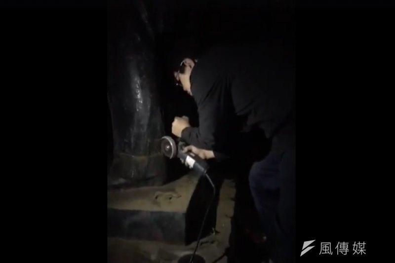 不滿蔣介石銅像威權象徵的學生於28日凌晨試圖鋸斷輔大校園內的銅像,並遭警方帶回移送新北地檢署。(取自林于倫臉書)