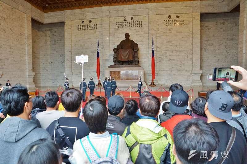 中正紀念堂吸引許多國內外遊客前往觀光,圖為蔣中正銅像。(盧逸峰攝)
