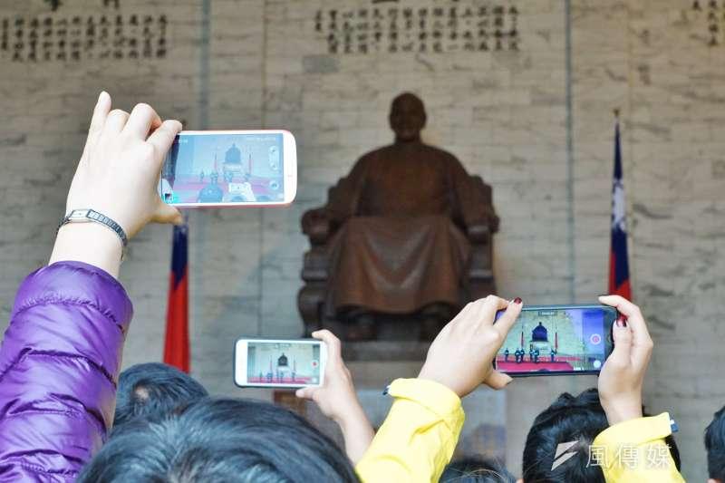 中正紀念堂吸引許多國內外遊客前往觀光,不過,這樣的景像可能也不會維持大久了。(盧逸峰攝)