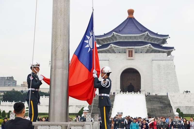 20170301-中正紀念堂吸引許多國內外遊客前往觀光,圖為陸軍儀隊禮兵交接降旗。(盧逸峰攝)