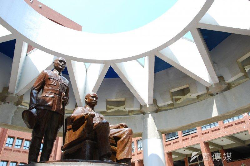 校園內的蔣介石銅像存廢問題爭議不斷,每年適逢228紀念日,銅像都會被潑漆、破壞等舉動以示抗議。(取自中山大學官網)