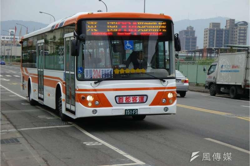 為紓解台北交通困境,北市交通局1日表示,今年7月份就會推出5條「幹線公車」,以「類捷運」方式經營。圖為台北市公車。(資料照,取自台北客運資訊網)