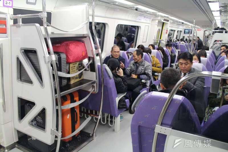 機場捷運直達車空間狹窄,人多時大家就選擇將行李置於行李架。(方炳超攝)