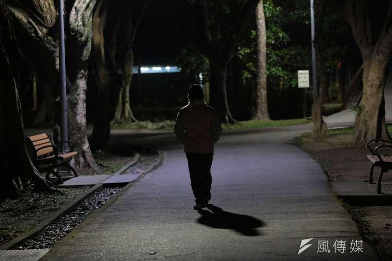 20170302-家暴專題,暗夜老人。(顏麟宇攝)