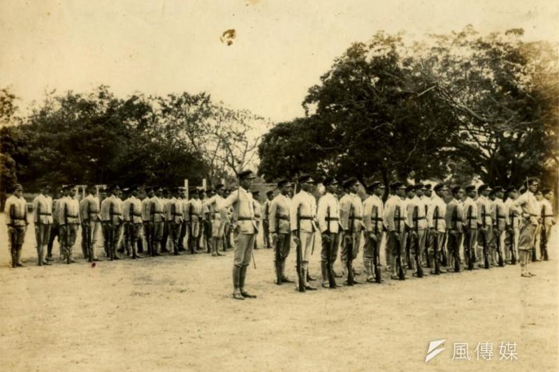 雄中、雄女、雄工、雄商等4校學生,在70年前的3月4日,於二二八紛亂期間勇敢組成雄中自衛隊,保護許多受威脅的臺灣外省人。圖中為太平洋戰爭末期,高雄中學校的軍事訓練課程。(取自高雄市立歷史博物館)