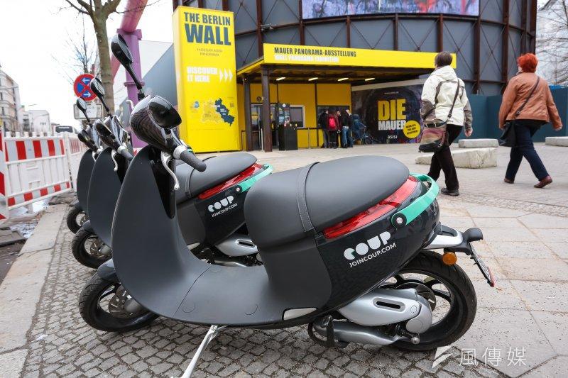 20170305-德國綠能專題,德國柏林圍牆查理檢查哨周邊停放著來自台灣的gogoro電動機車。(顏麟宇攝)