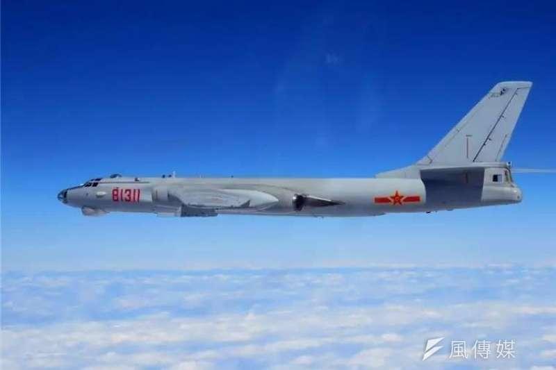 中共軍機在19大後恢復遠海長航演訓,近期更對我方警戒戰機「空中嗆聲」,據軍方內部資訊,連同未發布的訊息,共軍今年擾台航訓已高達32次。圖為中共轟6轟炸機。(資料照,取自新華社)
