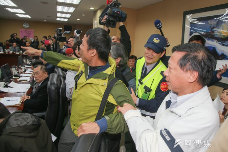 考試院舉行年金改革公聽會,卻發生退伍軍人到現場抗議事件。(陳明仁攝)
