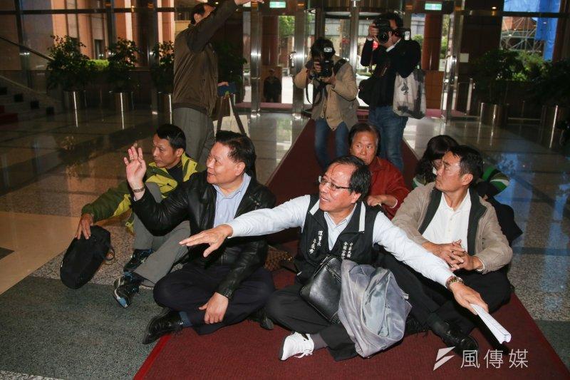 考試院公務人員年金改革案公聽會,抗議團體團體席地而坐。(資料照/陳明仁攝)