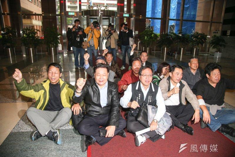 2017-03-07-考試院舉行公務人員年金改革公聽會-受邀團體席地一樓大廳呼口號抗議-陳明仁攝