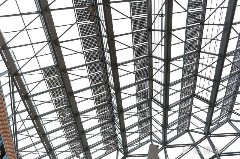 元淮樂觀地預測,這只不過是太陽能市場起飛的預兆,等德國再生能源優惠電價補助政策的推行更加確定之後,其他國家勢必會跟進。圖為德國環境部(UBA)內屋頂的太陽能板。(資料照,顏麟宇攝)
